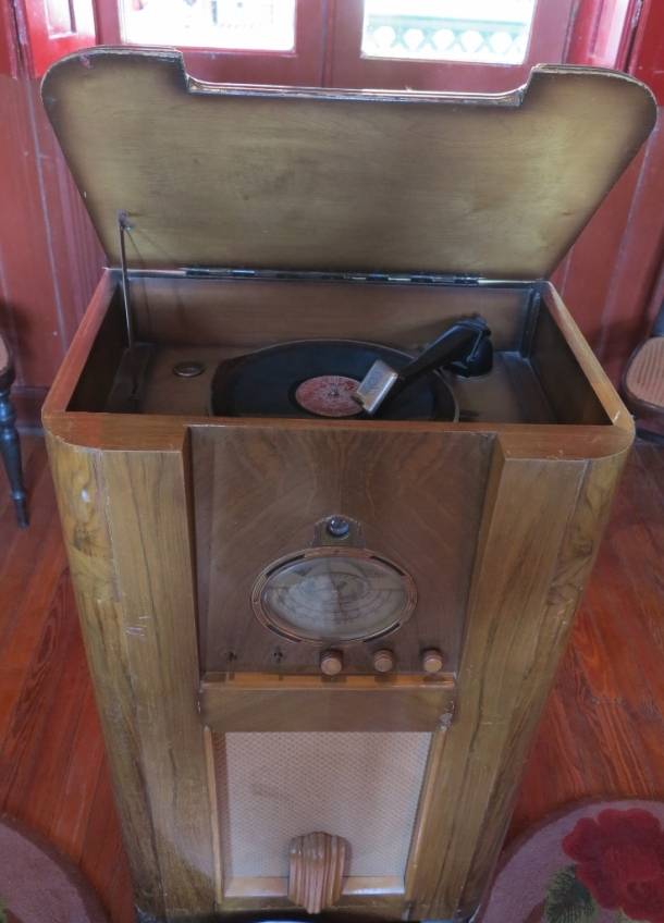 Old-timey record player